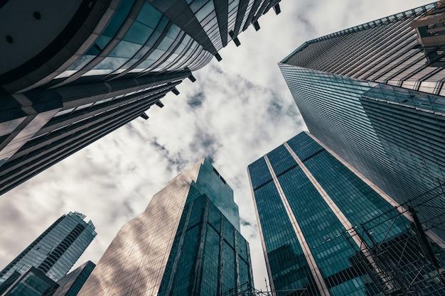 Budynki biurowe wznoszą się do nieba w dzielnicy finansowej