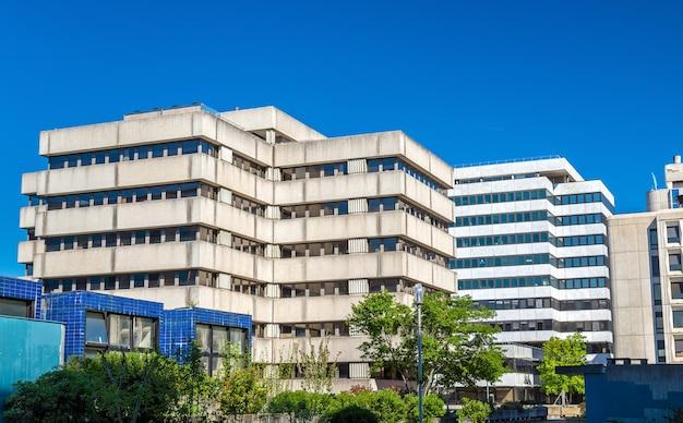Budynki biurowe z lat 70.-80.xx wieku w dzielnicy meriadeck w bordeaux - francja