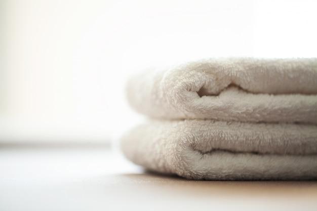 Budynki i architektura spa, białe bawełniane ręczniki użyj w łazience spa