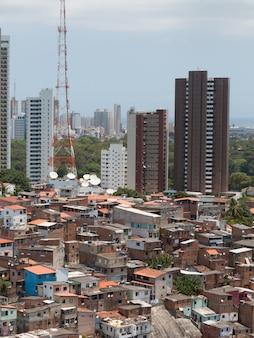 Budynki i fawela. brazylijski miejski kontrast społeczny.