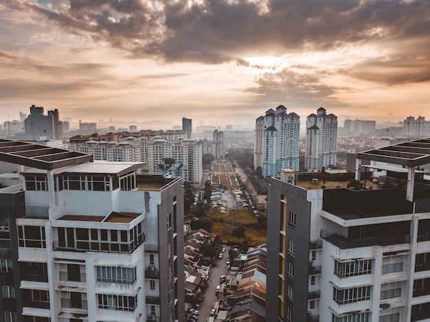 Budynki kuala lumpur pod zachmurzonym niebem w malezji