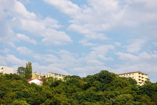 Budynki mieszkalne w górach porośnięte drzewami. zdjęcie wysokiej jakości