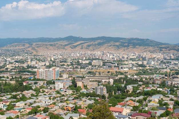 Budynki mieszkalne w mieście tbilisi. pejzaż miejski