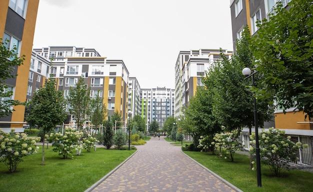 Budynki mieszkalne w nowym, nowoczesnym kompleksie mieszkalnym. architektura nowoczesna. mieszkania socjalne. terytorium nowej dzielnicy mieszkalnej z wysokimi budynkami i dużą architekturą krajobrazu.