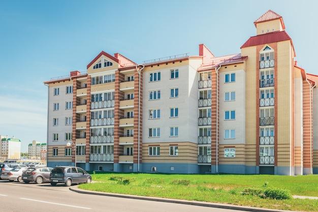 Budynki mieszkalne z balkonami w mieście, urbanizacja kamienic. ostrovets, białoruś