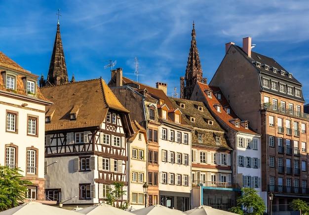 Budynki na placu klebera w strasburgu, alzacja, francja