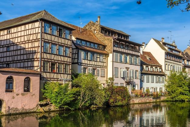 Budynki nad rzeką ill w strasburgu
