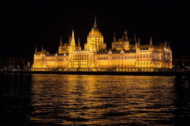Budynki parlamentu w budapeszcie w nocy z podświetleniem