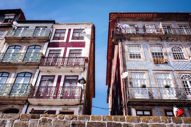 Budynki porto i elewacje w dzielnicy nadrzecznej la ribera