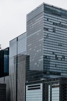 Budynki wieżowców w mieście