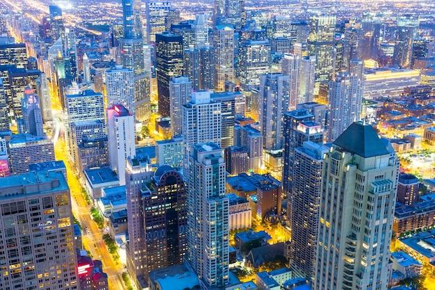 Budynki wieżowców, widok w nocy