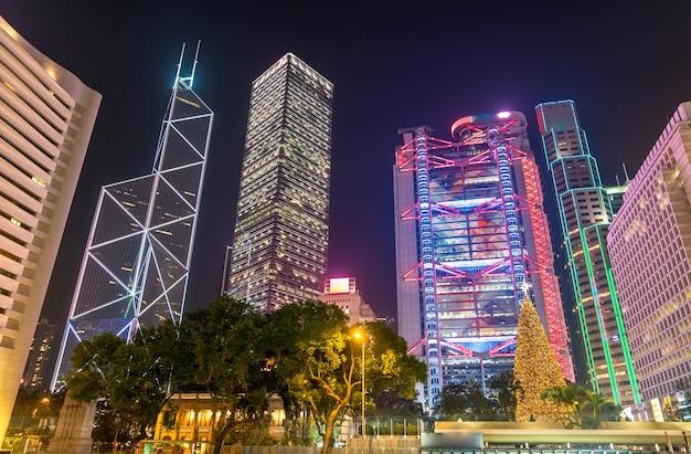 Budynki wokół placu statuy w hongkongu w nocy