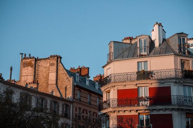 Budynki z betonu brązowo-białego z balkonami