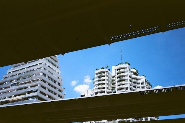 Budynki z niebieskim niebem