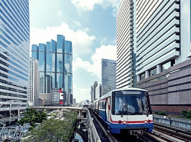 Budynki z niebo pociągiem w mieście bangkok miasto