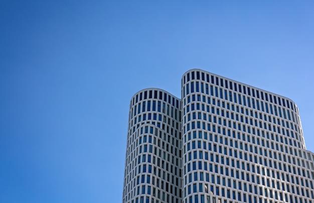 Budynki z szarego betonu