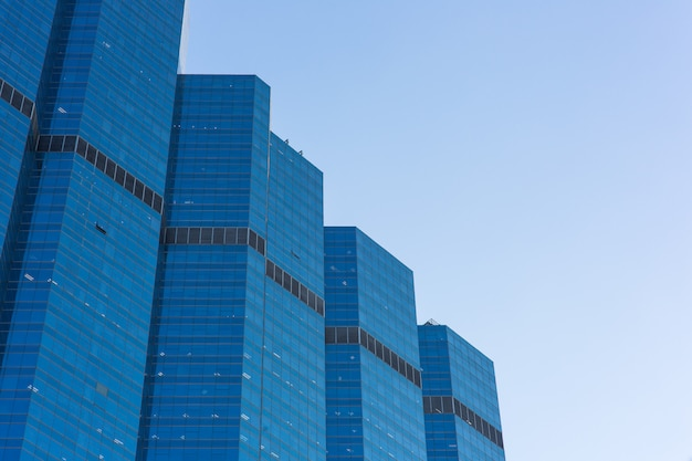 Budynku biuro w dzielnicie biznesu z niebieskim niebem