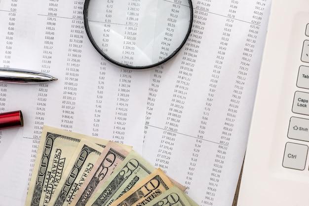 Budżet domowy z dolarem i laptopem
