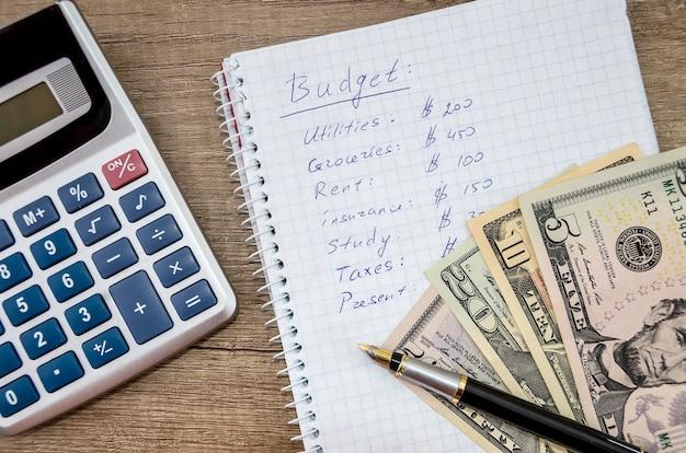 Budżet domowy z pieniędzmi, długopisem i kalkulatorem
