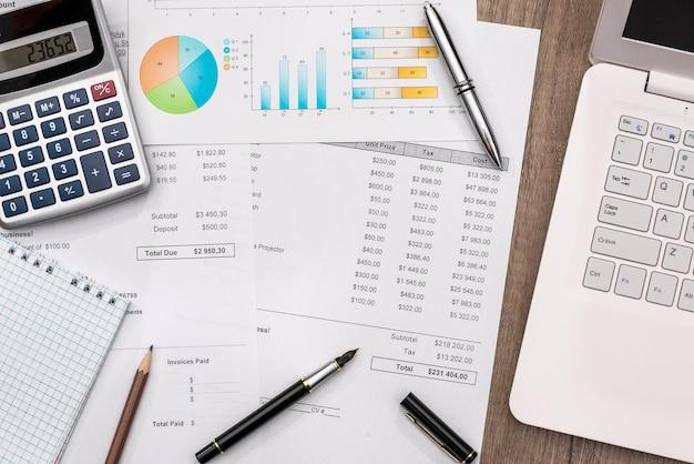 Budżet z kalkulatorem do laptopa i długopisem