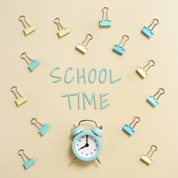 Budzik dzwoni i pokazuje godzinę 8 rano, czas iść do koncepcji szkoły