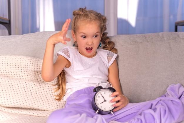 Budzik dzwoni w domu dziewczyna krzyczy i nie chce wstać do szkoły