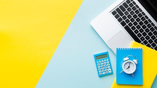 Budzik i kalkulator kopia przestrzeń