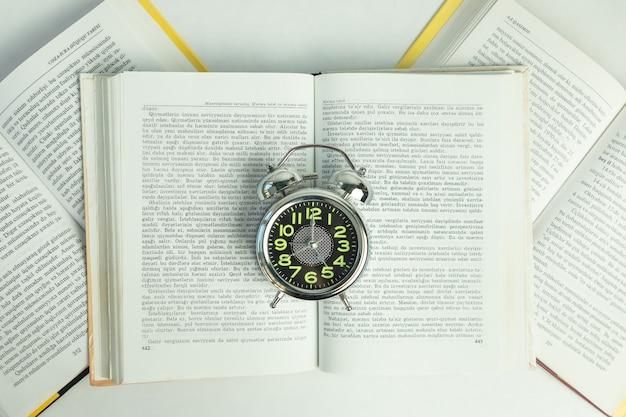 Budzik na otwartych książkach, widok z góry