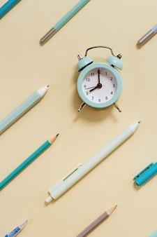 Budzik pokazuje 8 rano, czas iść do koncepcji szkoły.