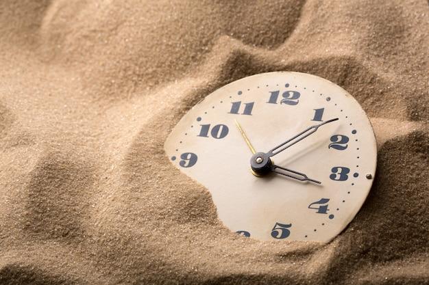 Budzik w piasku