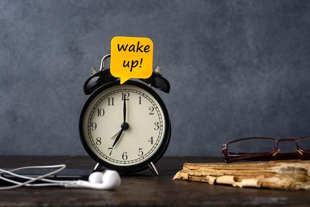 Budzik z naklejką obudź się!