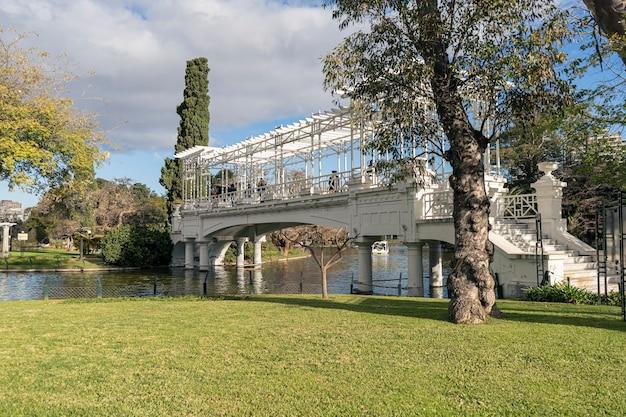 Buenos aires, argentyna, 20 czerwca 2021. most w parku zwanym bosques de palermo lub rosedal w centrum miasta. koncepcja turystyczna, podróże.
