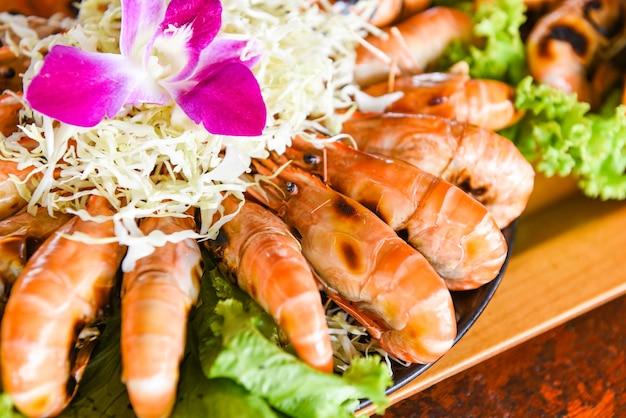 Bufet z owocami morza tajskie jedzenie, krewetki z grilla i sos z owoców morza krewetki z grilla