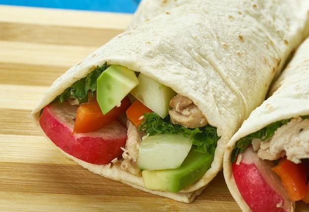 Buffalo chicken wraps , zrobić skrzydełko z kurczaka smażone w głębokim tłuszczu z sosem i masłem.