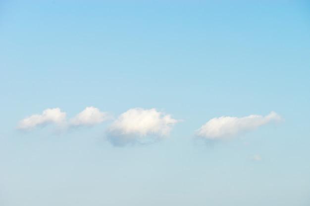 Bufiaste białe chmury na tle błękitnego nieba