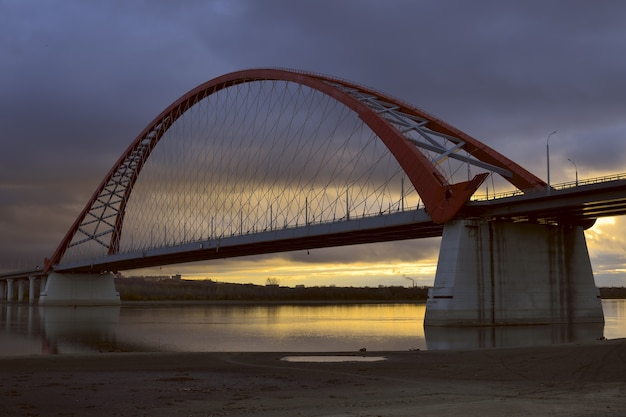 Bugrinskij most przez rzekę ob nad złotym świtem