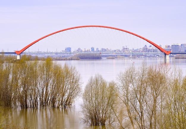 Bugrinsky bridge w nowosybirsku łukowy most drogowy nad rzeką ob