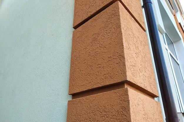 Buiding fasada zewnętrzna z elementami dekoracyjnymi.