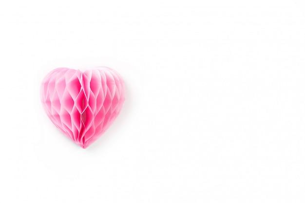 Bujne różowe serce z papieru na białej powierzchni,