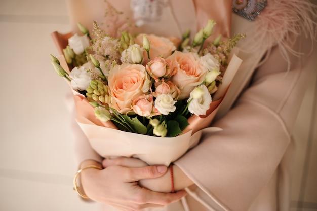 Bujny bukiet róż w brzoskwiniowym opakowaniu