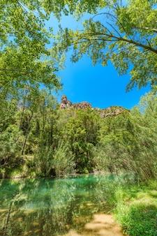 Bujny krajobraz w sierra de espadan castellon hiszpania zbiornik wodny