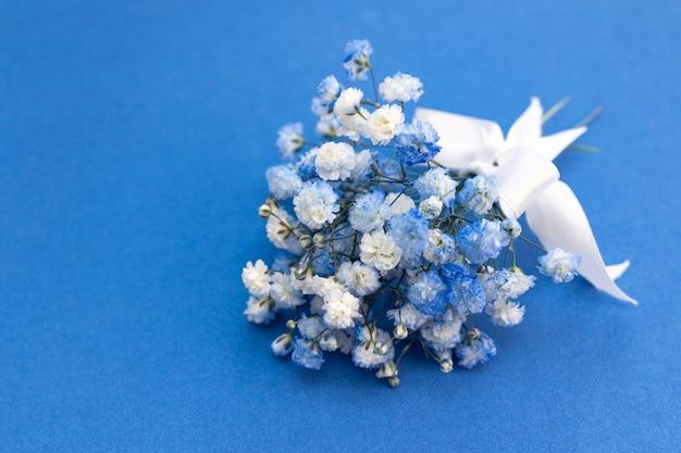 Bukiet biało-niebieskich kwiatów łyszczec