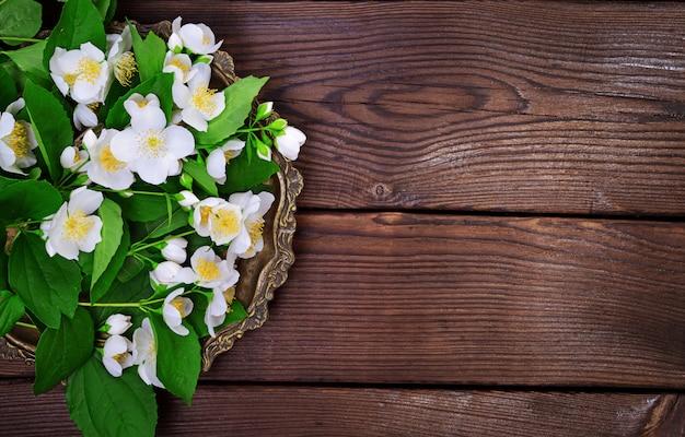 Bukiet biały kwitnący jaśmin na miedzianym talerzu