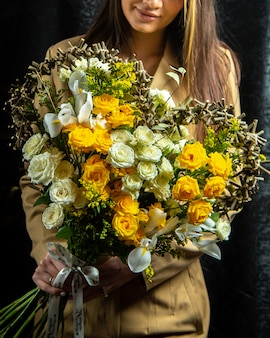 Bukiet białych i żółtych róż w kształcie serca