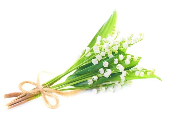Bukiet białych kwiatów konwalii na białym tle