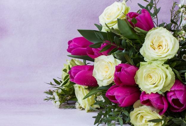 Bukiet białych róż i różowe tulipany