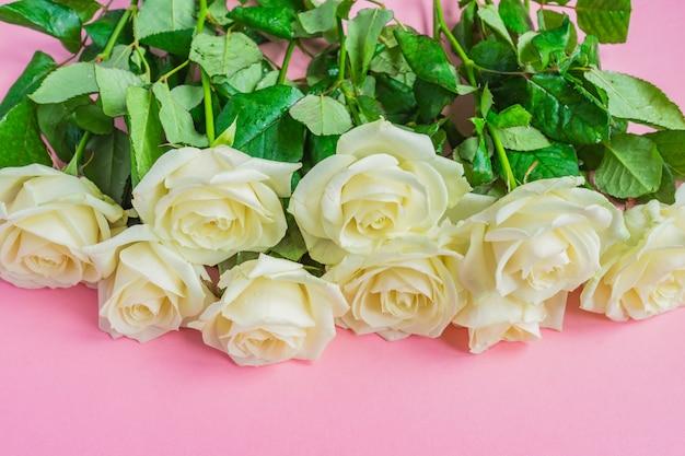 Bukiet białych róż kwitnących
