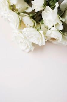 Bukiet białych róż pod dużym kątem