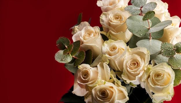 Bukiet białych róż z gałązkami eukaliptusa z kroplami wody