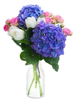 Bukiet białych tulipanów, różowe małe róże i niebieskie kwiaty hortensji na białym tle